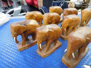 小象(木彫りの置物)の大群! スマイルサンタ長野南バイパス店