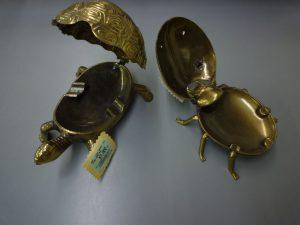 金色のカメと昆虫の灰皿です   長野南バイパス店