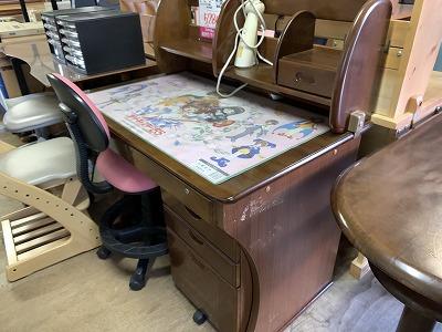 デスクマットの方が気になる…学習机です。